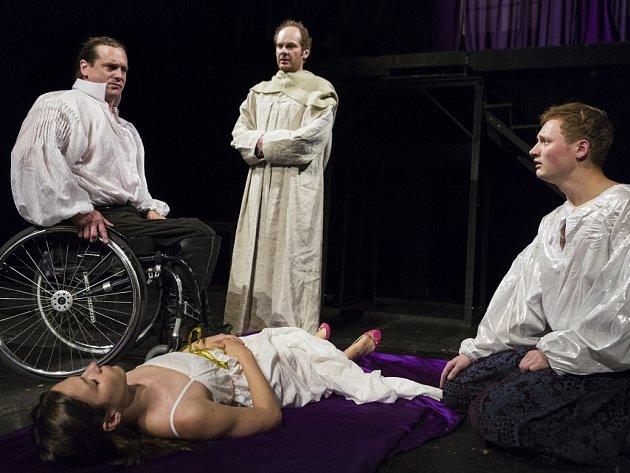 Nejslavnější romantický tragický příběh všech dob Romeo a Julie představí Spolek Kašpar v Brně v originální úpravě jen pro osm postav.