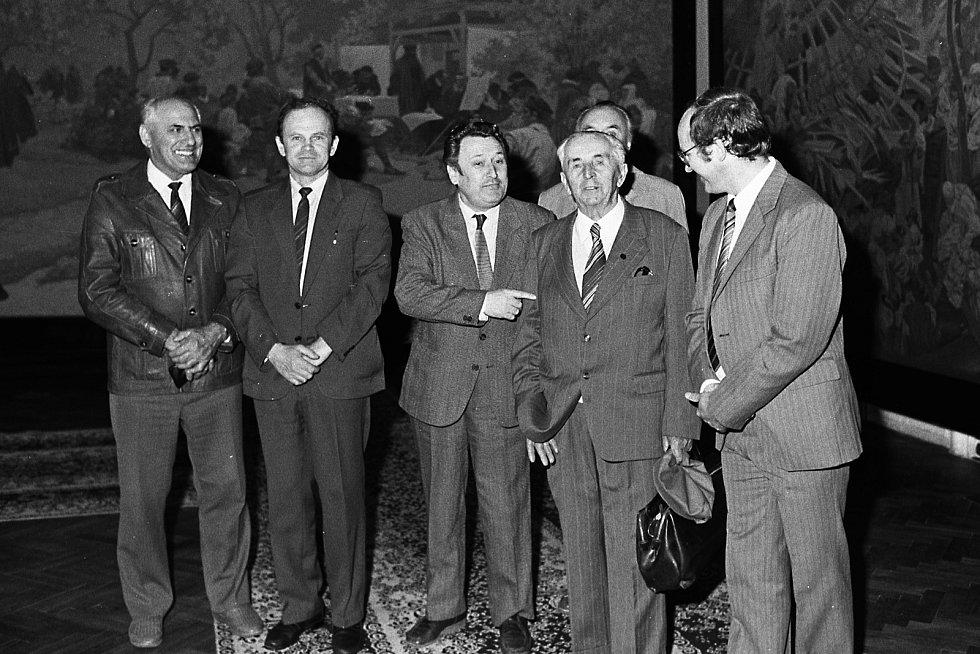Rok 1989, rekonstrukce a pompézní znovuotevření výstavy, na němž se už vychloubali také představitelé tehdejší moci. Druhý zprava skutečně zasloužilý Josef Staroštík.