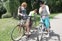 Bruslaře a cyklisty zastavovali na cyklostezce u řeky Svratky strážníci a radili jim, co vše by měli pro svou bezpečnost udělat.