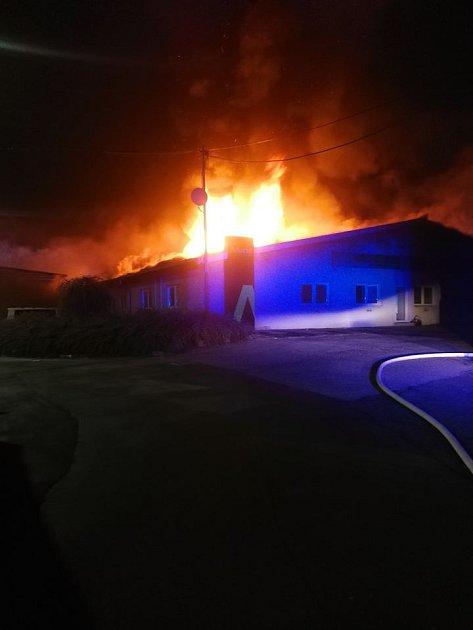 Požár průmyslové haly vHolasicích na Brněnsku.