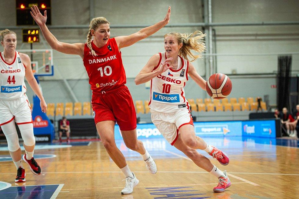 Basketbalistka Beáta Adamcová (v bílém).