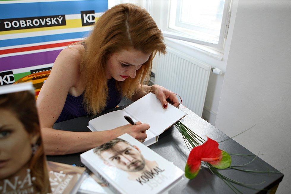 Na autogramiádu bývalého badmintonisty Petra Koukala a biatlonistky Gabriely Koukalové v kavárně Knihy Dobrovský čekala fronta lidí.