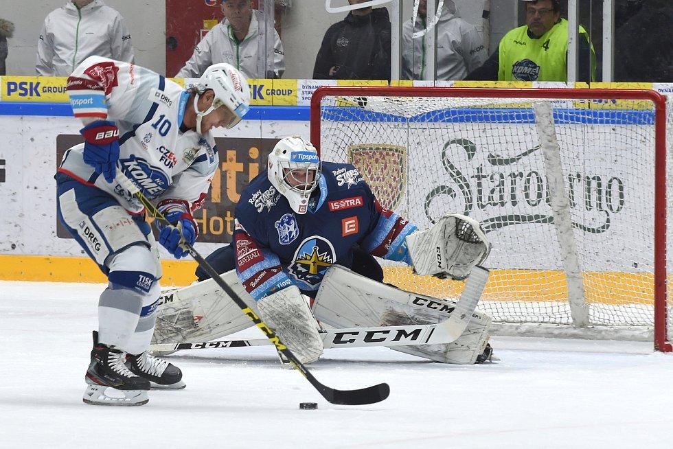 Brno 1.3.2020 - domácí HC Kometa Brno Martin Erat (bílá) proti Rytířům Kladno Adam Brízgala (modrá)