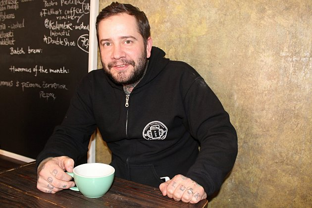 Jan Němeček zBrna vaří skamarádem pivo, vlastní dva podniky vBrně, kde se pivo čepuje, a také hraje na kytaru vkapele Supertesla.