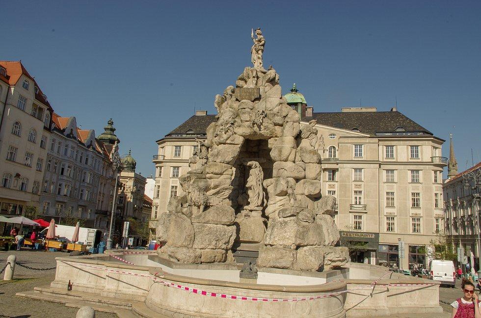 Jaro v ulicích Brna si lidé mohou zpestřit například procházkou kolem známých kašen.  Na snímku Parnas na Zelném trhu, také zatím bez vody.