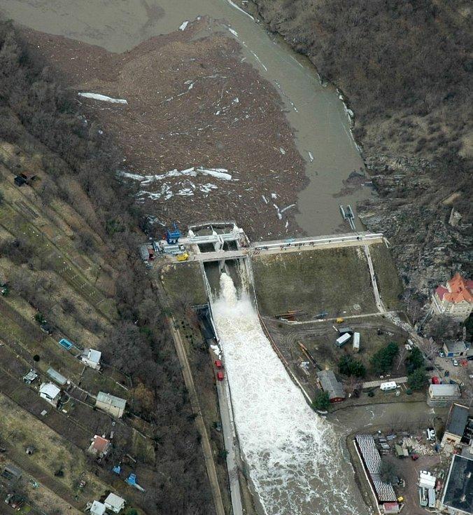 Vodní dílo Znojmo při povodních v březnu 2006.