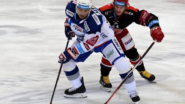 Domácí HC Kometa Brno (bílá) proti Mountfield HK (černá).