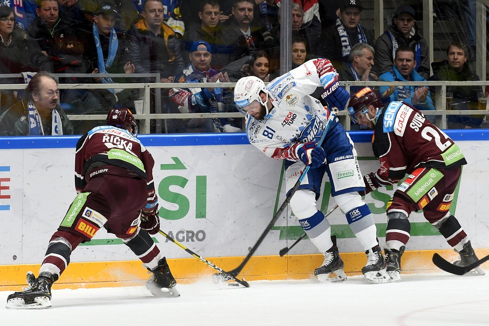 Kometa Brno (v bílém) porazila Spartu Praha 5:3.