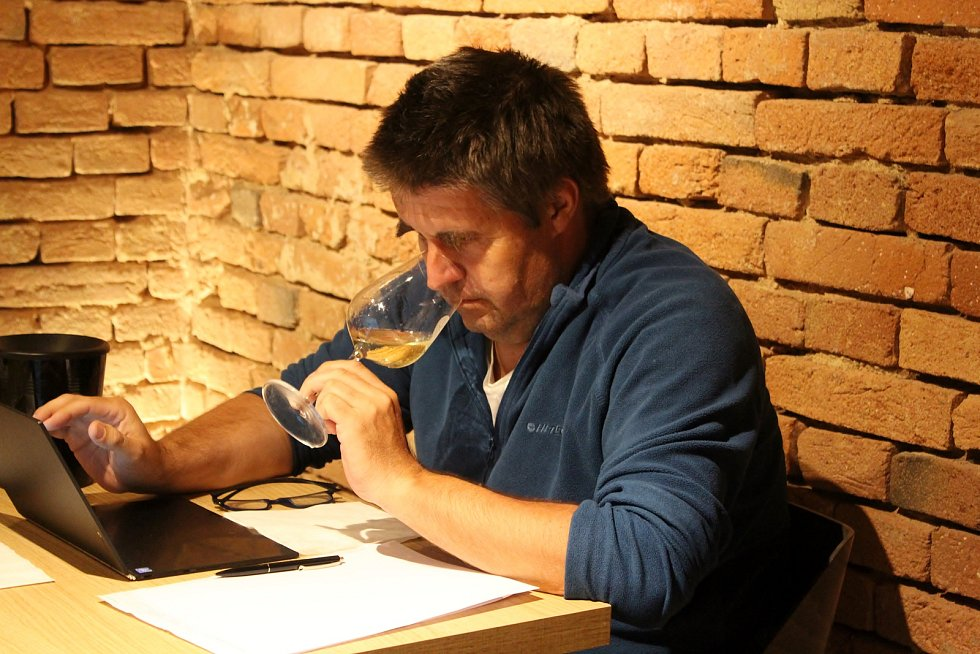 Degustátoři hodnotí vína v soutěži TOP 77 vín v České republice.