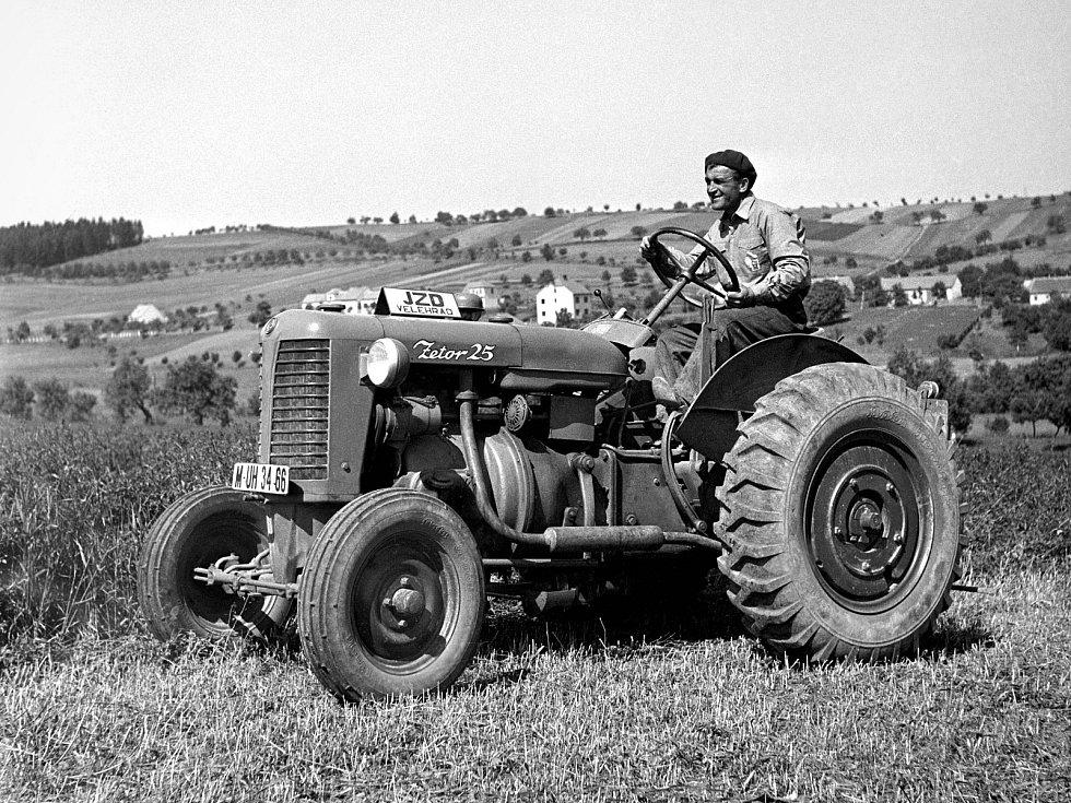 V roce 1946 se rozjela sériová výroba traktoru Zetor Z-25. Za kolektivizace první model ve velkém odebírala jednotná zemědělská družstva včetně JZD z Velehradu na Uherskohradišťsku, jak dokazuje archivní snímek.