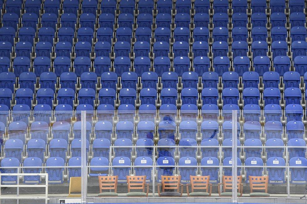 Prázdné sedačky při utkání hokejové extraligy mezi Kometou a Českými Budějovicemi.