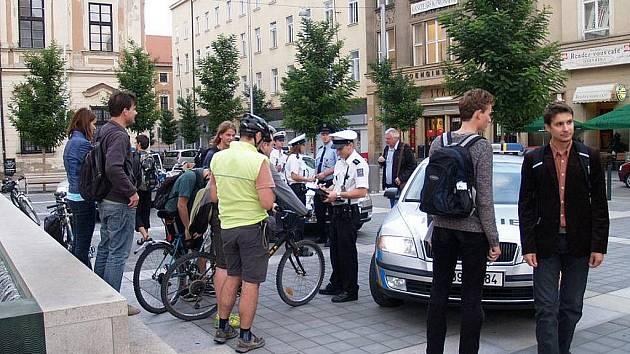 Nezvyklou ostrahu mělo ve středu kolem šesté hodiny večer Moravské náměstí. Proti několika desítkám cyklistů, kteří se před kinem Scala sjeli na konci cyklojízdy ke Dni bez aut, přijelo zasáhnout osm policejních aut.