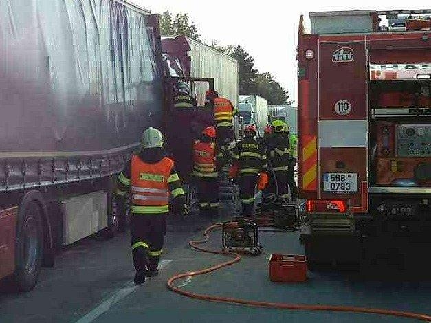 Nehoda dvou kamionů zablokovala v úterý kolem deváté hodiny ráno dálnici D2 ve směru na Brno. Kamiony se srazily u sjezdu z dálnice na Blučinu na Brněnsku. Jeden řidič se při nehodě zranil.
