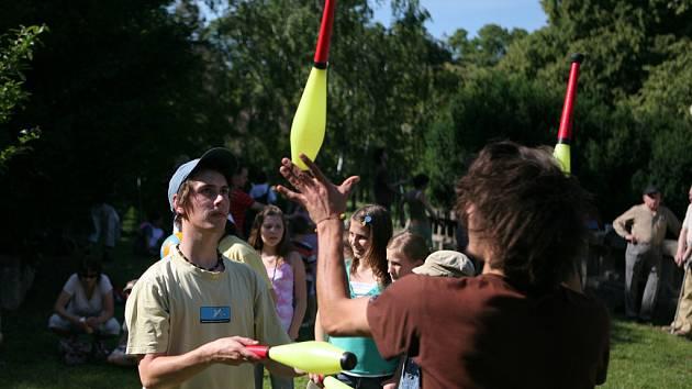 Další ročník populárního Dne žonglování v Brně uspořádal ve Středisku volného času Lužánky Cirkus LeGrando.