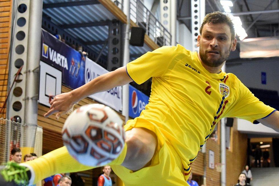 Brno 3.2.2020 - kvalifikační turnaj na futsalové MS 2020 - ČR (červená) Rumunsko Marius Matei (žlutá)