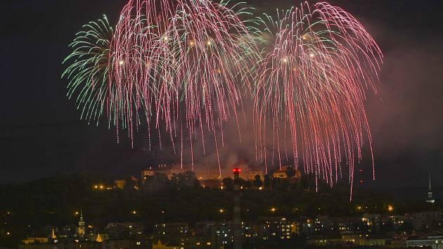 Tradiční již devatenáctou přehlídku ohňostrojů festivalu Ignis Brunensis zakončil v sobotu pompézní ohňostroj z hradu Špilberk.