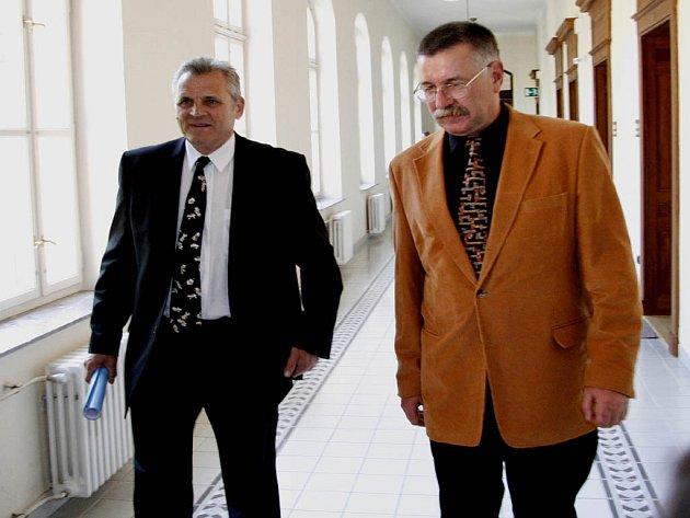 František Příplata (vlevo) přichází se svým advokátem k soudnímu jednání.