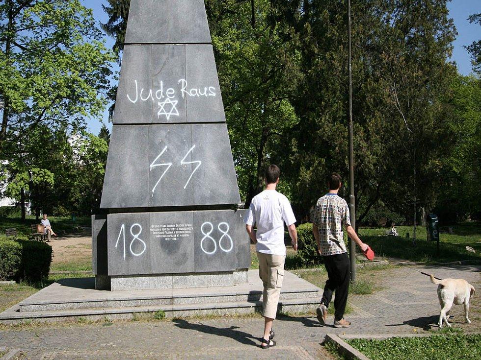 Vandalové poničili památník padlých ruských vojáků.