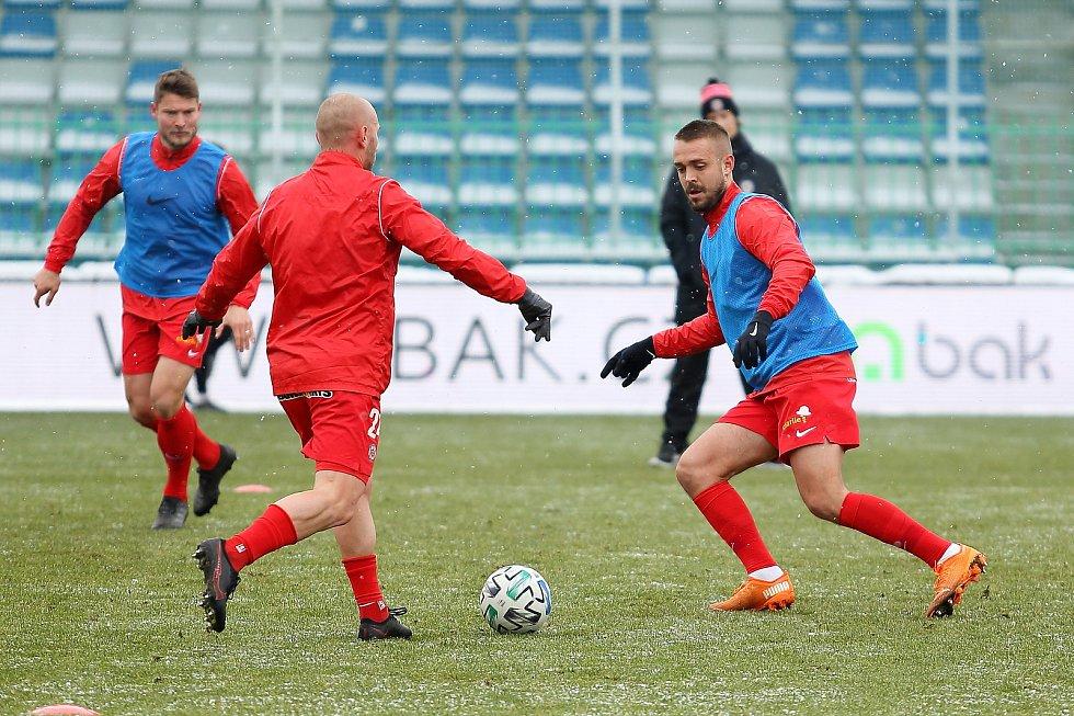 Fotbalisté Zbrojovky (v červeném) zahájili prvoligové jaro remízou v Mladé Boleslavi.