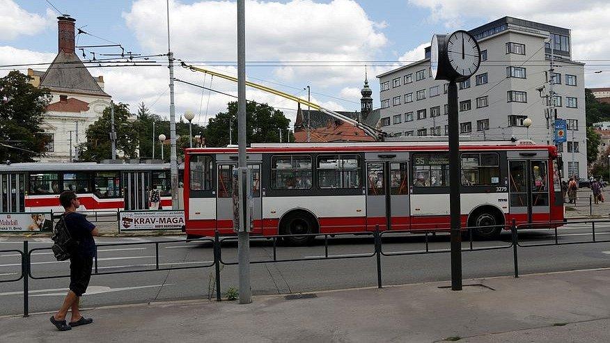MENDLOVO NÁMĚSTÍ. Chaotické, nepřehledné, zní kritika náměstí. Přívětivější podobu má místo dostat vpříštích letech. Návrh počítá spřesunem tramvajové smyčky do pisárecké vozovny a srozdělením náměstí na část pro auta a část pro hromadnou dopravu.