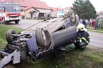 Mladý řidič otočil auto vzhůru kolama.