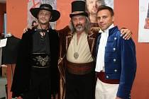 Herci (zleva Marek Holý, Oldřich Kříž a Roman Vojtek) absolvovali zkoušku kostýmů v krejčovnách Městského divadla Brno.
