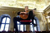 Historický sál Nové radnice v Brně rozezněla kytara sólisty Massima Delle Cese, který zahrál obtížné skladby od Bacha, Barriose či Elegii Johanna K. Mertze.