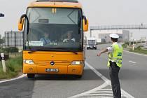 Policejní kontrola autobusů.