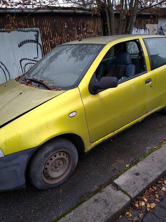 Dlouhodobě odstavené auto v Brně, naproti základní školy Jana Babáka.