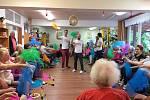 """Ze života a akcí v Domovech Naděje Brno. Fotografie jsou pořízeny v průběhu workshopu """"Cirkus senior"""", dále výletu na vánoční trhy, výstavu Zetor a terapie se zvířaty."""