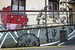 Kreslíř Michal Pavlík vytvořil u odběrového místa ve Fakultní nemocnici u sv. Anny v Brně graffiti s motivem koronaviru.