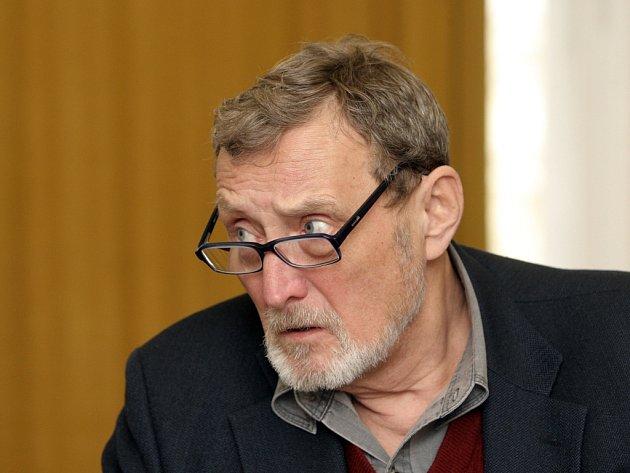 V roli svérázného logopeda se objeví hostující Ladislav Frej.