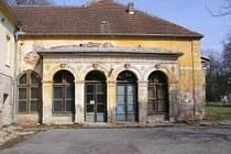 Chátrající tělocvičnu v brněnských Pisárkách chce koupit město Brno od ministerstva obrany.