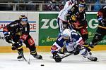Domácí HC Kometa Brno v bílém (Ivan Baranka) proti HC Litvínov.
