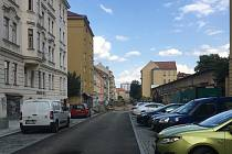 Na opravenou brněnskou Gorkého ulici si místní stěžují. Nemají kde zaparkovat a chybí zeleň.