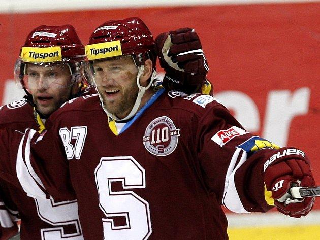 Hokejový útočník Petr Ton (vpravo).