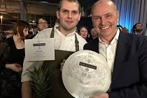 Šéfkuchář Ondřej Dulanský (vlevo) a manažer Mirek Jindra se radují z ocenění.