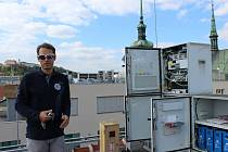 Cesta do výšin nad Brnem. Taková je pouť za vysílači mobilního signálu, které se skrývají na střechách brněnských domů, ve věžích kostelů a dalších vysokých stavbách. Čtyřem zajímavým místům nad Brnem je věnovaný další díl pravidelného seriálu.