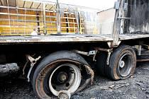 Ohořelé nákladní vozy v Komárově.