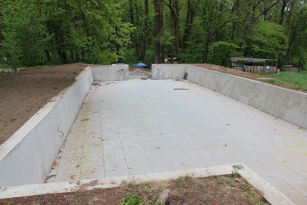 Na místě bývalého bazénu má vzniknout venkovní učebna.