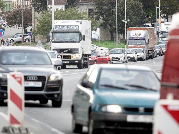 Kolony automobilů jsou i v Komořanech nedaleko Brna. Oprava pozemní komunikace způsobuje dlouhé fronty.