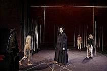 V LESE BAMBUSOVÝCH TYČÍ. Scénu inscenace Magická flétna v režii Petera Brooka dotváří bambusové stonky.