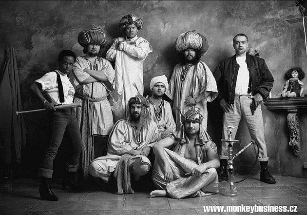POPOVÍ & FUNKY. Stálá sestava Monkey Business: Matěj Ruppert, Tonya Graves, Roman Holý, Ondra Brousek, Pavel Mrázek, Olda Krejčoves a Martin Houdek.