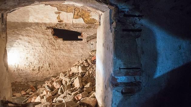 Archeologové na Moravském náměstí objevili suterén Německého domu. Podívejte se