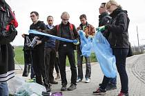 Do celostátní kampaně Ukliďme Česko se svou akcí Studentské odpadkobraní zapijili i studenti tří brněnských univerzit.