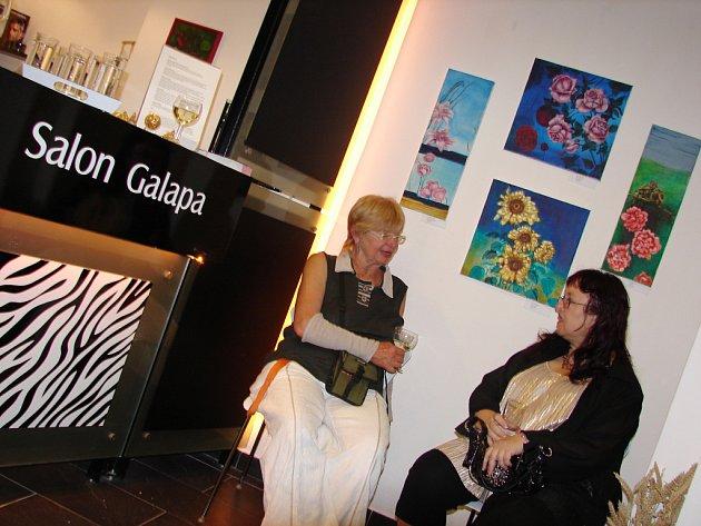 Návštěvnice salonu si mohou při zkrášlování prohlédnout obrazy, především olejomalby s tematikou květin.