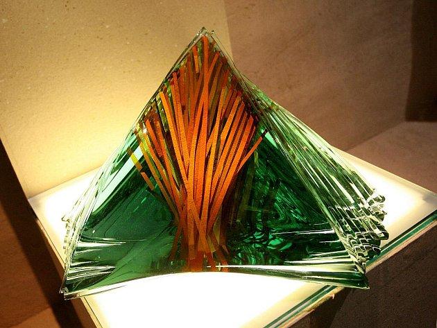 Výstava Tři generace skla představuje práce tří autorů.