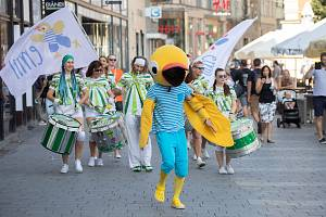 Průvod s bubeníky zahájil v Brně devátý ročník Evropských her handicapované mládeže Emil Open.
