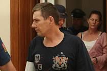 Jedenačtyřicetiletý Radek Marinč ( v pozadí sestra Alena Veselá) u brněnského soudu.