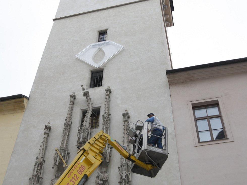 Instalování Srdce od Jiřího Davida na brněnské radnici.